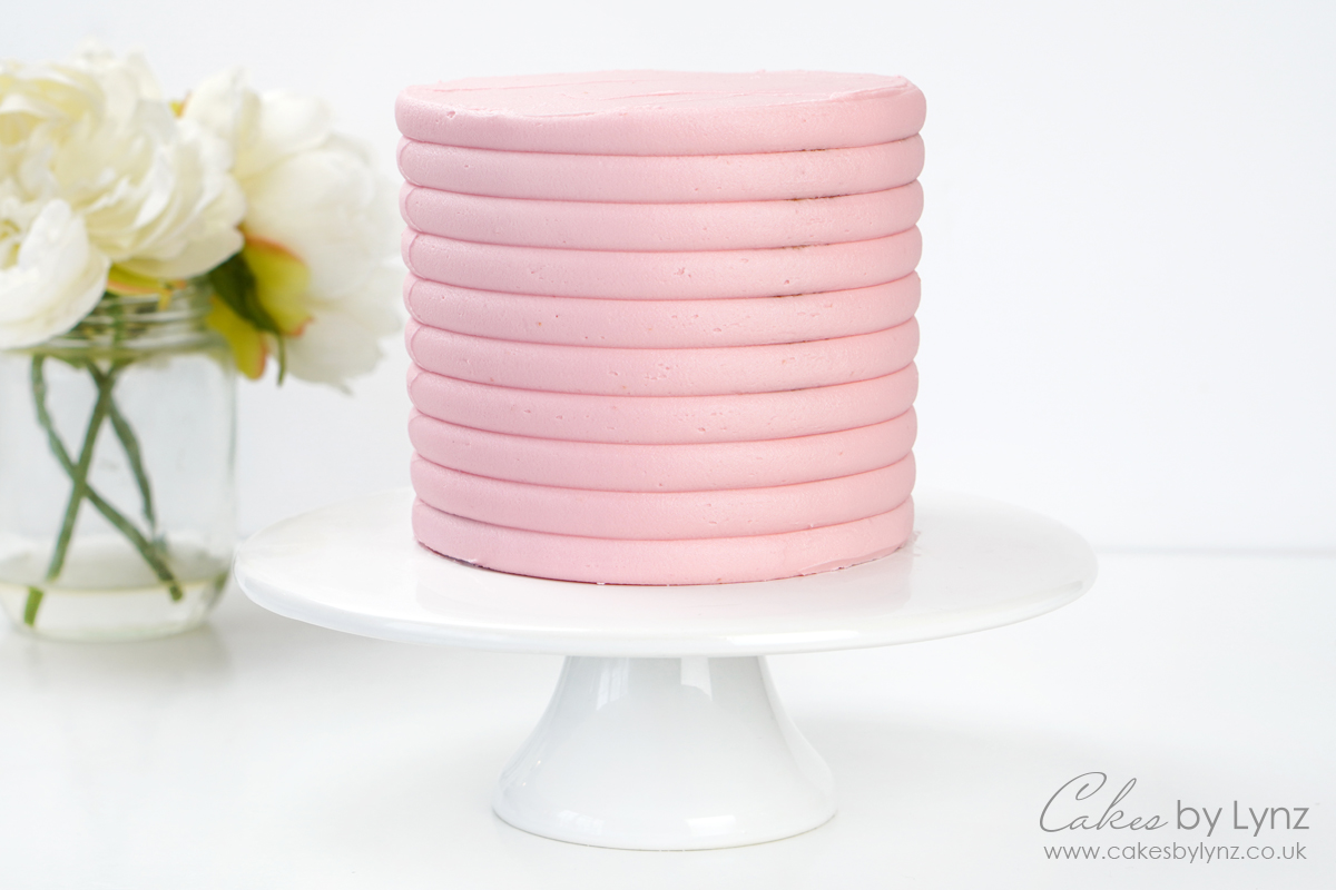 Using a texture contour comb on buttercream cakes